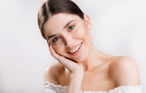portrait-of-smiling-girl-with-healthy-skin-cute-dark-haired-woman-on-white-wall (2)